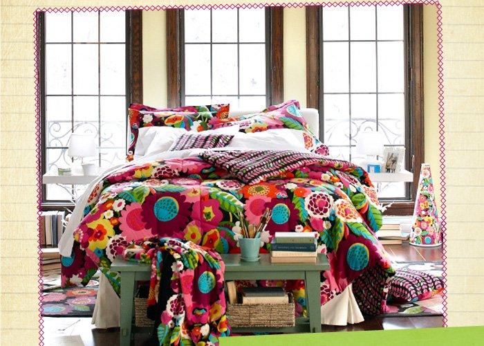 Reversible Comforter Set and Throw Blanket in Va Va Bloom
