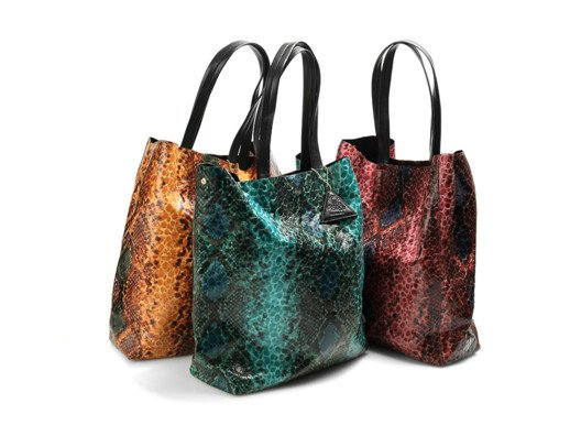 I'm so thrilled to have found another fabulous Sorial tote for you! This snakeskin print is stylish, fun, and the perfect choice to brighten up your look.