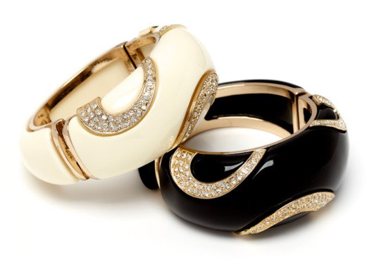 We love these bracelets as they truly look vintage (even though they are not) and they truly look expensive (even though they are not).