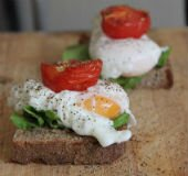 Poached Egg and Roasted Tomato Sandwich_604
