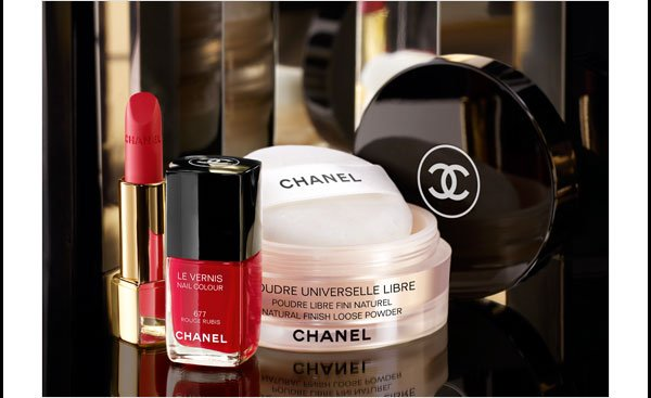 LIMITED EDITION Capture the look of festive radiance with POUDRE UNIVERSELLE LIBRE. From COLLECTION NUIT INFINIE DE CHANEL.