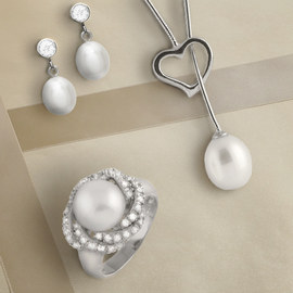 Classic Glamour: Pearl Jewelry