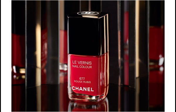 A PRECIOUS ACCENT Add a festive finishing touch with a holiday treasure, LE VERNIS in Rouge Rubis. From COLLECTION NUIT INFINIE DE CHANEL.