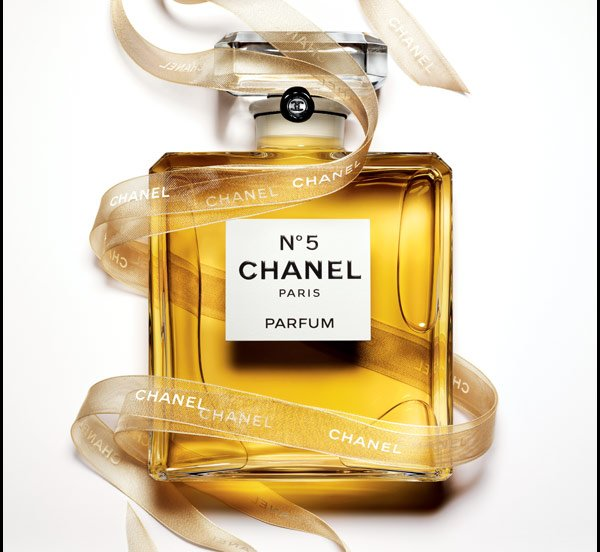ONLY ON CHANEL.COM Explore an array of exceptional holiday offerings, perfectly presented in complimentary keepsake gift boxes.
