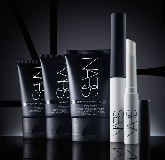 This artist essential instantly smoothes fine lines and reduces pores to create a smooth surface for makeup application.