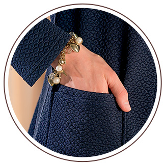 The 2 patch pockets on the front are attractively highlighted by a border and topstitching in saddle-stitch.