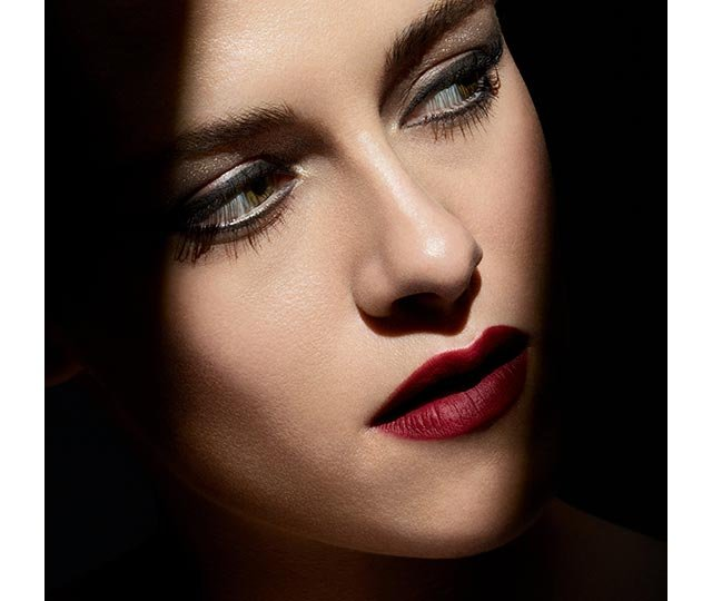FALL-WINTER 2019 COLLECTION. NOIR ET BLANC DE CHANEL. Lucia Pica reinvents black and white for the latest makeup collection, worn by Kristen Stewart. Introducing nuanced shades and new light-reflecting textures, the collection is daring and mysterious. Luminous eyeshadow top coats, transparent shimmering gel, deep matte lipsticks, and black and white glosses and nail colours are made for experimentation.