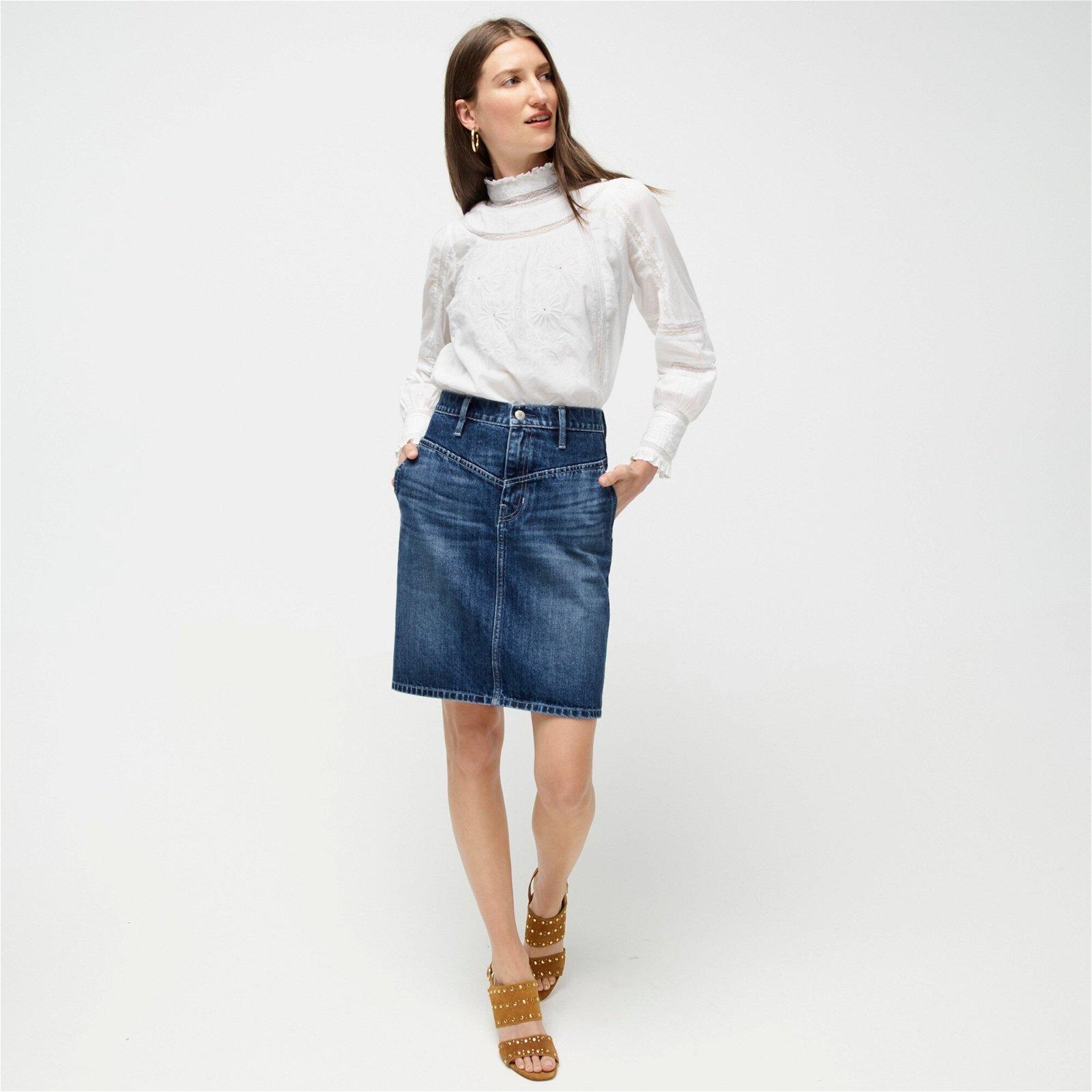 Yoke-front skirt in rigid denim