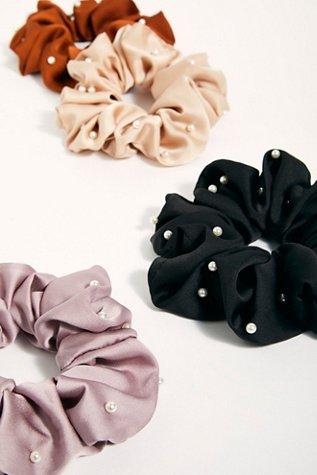 Oversize Pearl Scrunchie