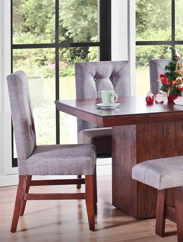 Comedor de madera café oscura con mesa rectangular con base en el centro de la mesa y sillas de respaldo alto tapizadas en gris con relieve capitonado. Pulsa aquí para encontrar más comedores