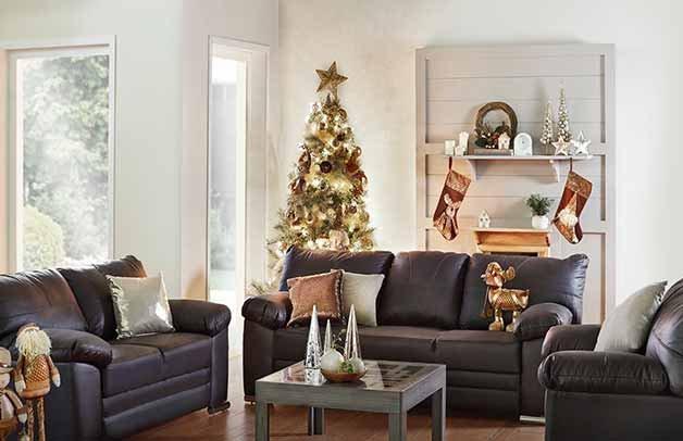Sala conformada por sillón, loveseat y sofá, los tres tapizados en negro y con decoración navideña alrededor. Pulsa aquí para encontrar más salas
